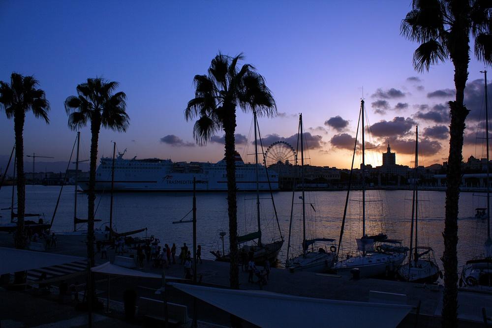 Málaga al atardecer desde el Muelle Uno